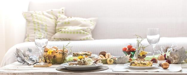 O interior da sala com uma mesa festiva de páscoa.