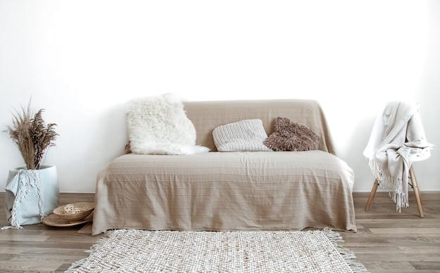 O interior da sala de estar com sofá e artigos decorativos.