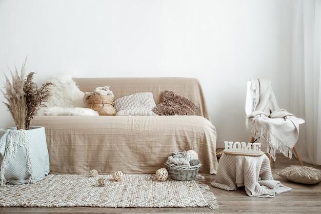 O interior da sala de estar com um sofá e itens decorativos.