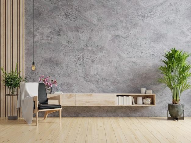O interior da sala de estar tem prateleira para tv e poltrona de couro preto na sala de cimento com renderização de parede de concreto.