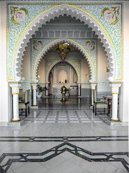 O interior da sala é em estilo islâmico tradicional, com muitos detalhes e ornamentos.