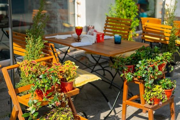 O interior de um café de rua de verão. dia de sol na cidade.
