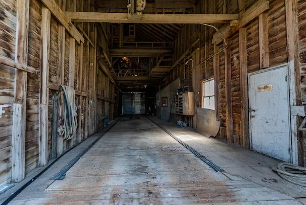 O interior de um elevador de grãos abandonado nas pradarias em saskatchewan, canadá