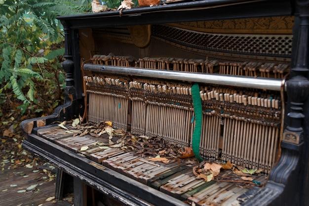 O interior de um velho piano em ruínas