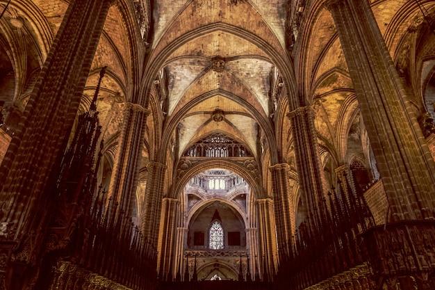 O interior de uma impressionante catedral gótica de barcelona.