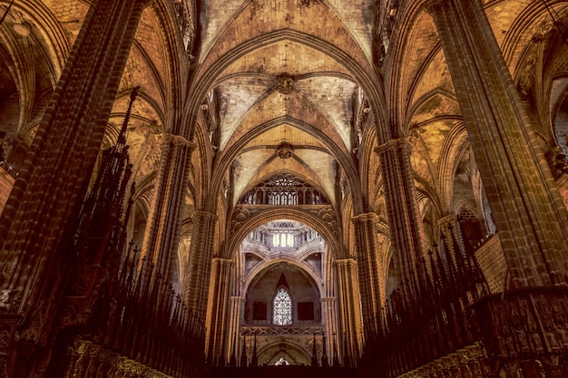 O interior de uma impressionante catedral gótica de barcelona