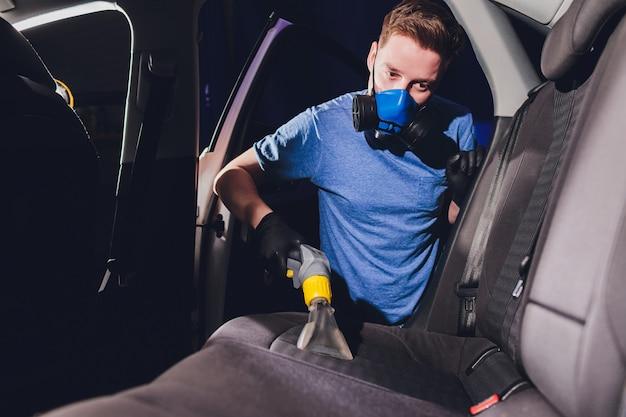 O interior do carro assenta a limpeza química com o método de extração profissional. limpeza antecipada da primavera ou limpeza regular.