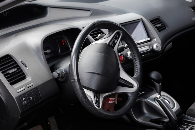 O interior do carro, dentro do carro