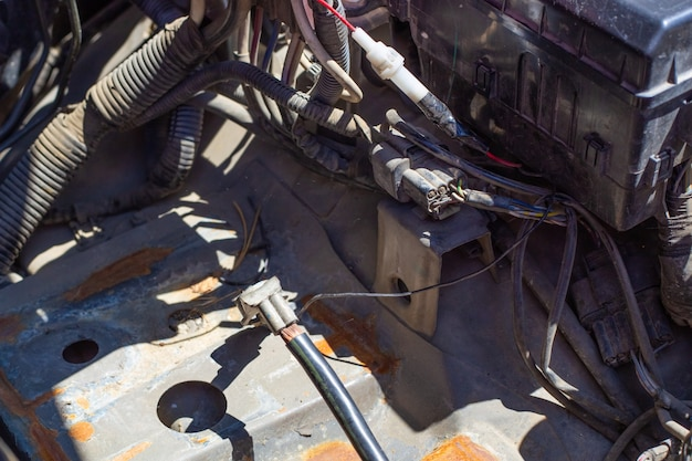 O interior do carro sob o capô. fios, mangueiras que compõem as peças automotivas, foco seletivo.
