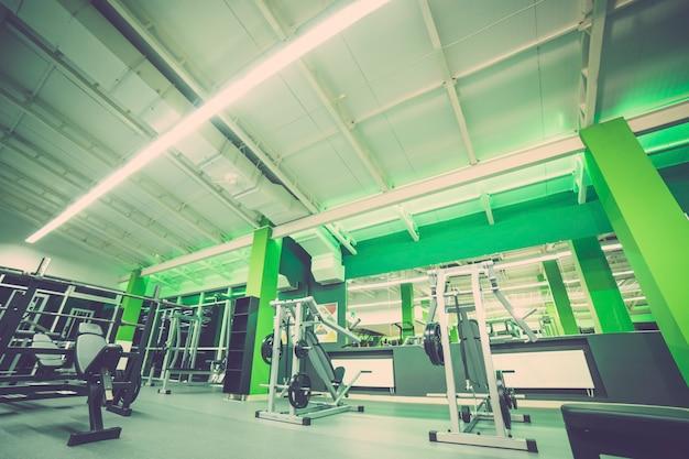 O interior do moderno clube de fitness