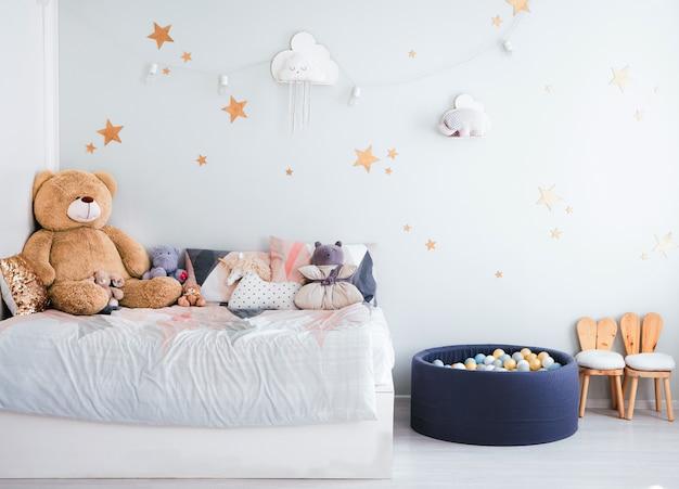 O interior do quarto das crianças em tons de azuis. brinquedos infantis e decoração de quartos para crianças.