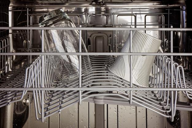 O interior do rack superior de uma máquina de lavar louça
