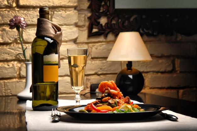 O interior do restaurante com mesas servidas, salada