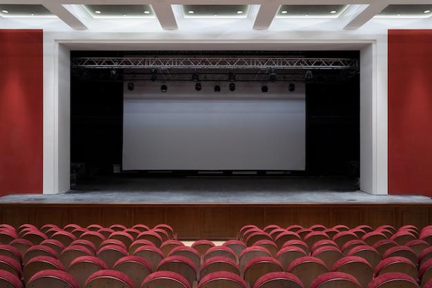 O interior do salão na exibição de teatro ou cinema do palco