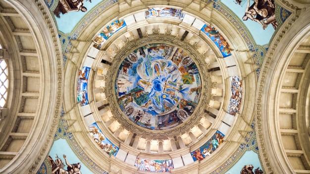 O interior do teto do palácio nacional em barcelona