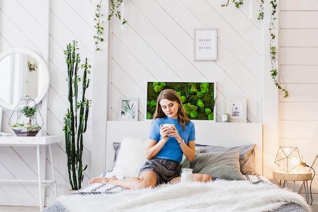O interior é brilhante com uma composição de musgo, decoração com materiais naturais da casa, apartamento ou escritório, a mulher em um interior brilhante