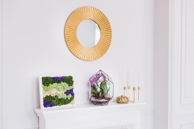 O interior é luminoso com uma composição de musgo, decoração com materiais naturais da casa, apartamento ou escritório
