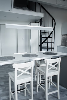 O interior minimalista de um pequeno apartamento de dois andares