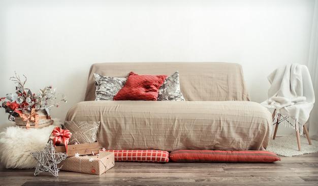 O interior moderno da sala de estar é decorado para o feriado de natal.