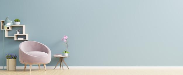 O interior tem uma poltrona rosa na parede azul vazia.