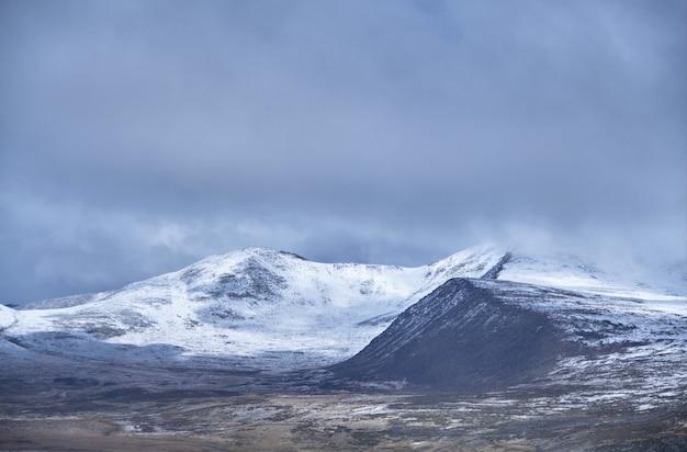O inverno chegou à estepe siberiana, aos picos das montanhas cobertas de neve. o planalto de ukok de altai. paisagens frias fabulosas. alguém por perto