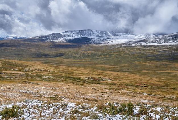 O inverno chegou às estepes da sibéria, com picos nevados. o planalto de ukok de altai