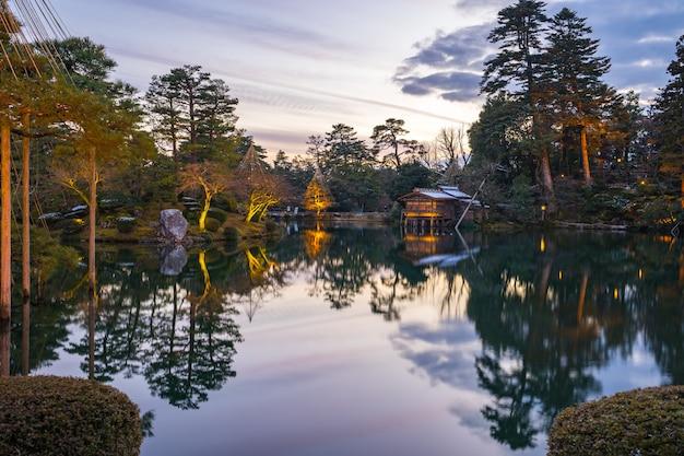 O inverno ilumina-se no jardim de kenrokuen em kanazawa, japão