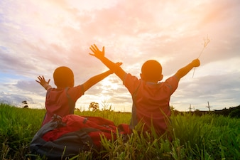 O irmão e os irmãos estão felizes com por do sol no Mountain View no chiangmai Tailândia.