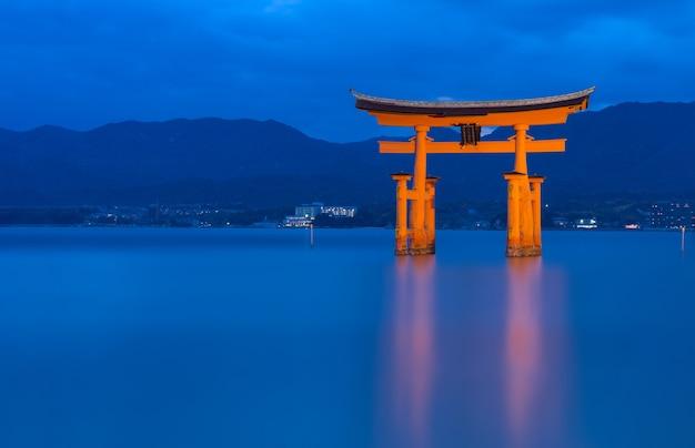 O itsukushima flutuante torii gate ao largo da costa da ilha de miyajima, hiroshima, ja