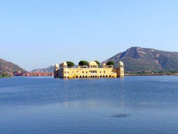 O jal mahal water palace localizado no lago sager. jaipur, rajastão, índia, ásia