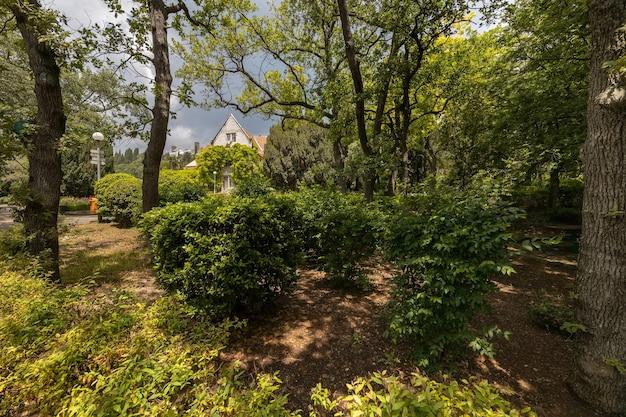 O jardim da villa histórica charax do grão-duque mikhail nikolaevich romanov