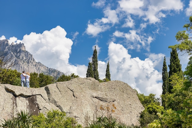 O jardim do palácio vorontsov com vista para a montanha aipetri blooming agave crimea