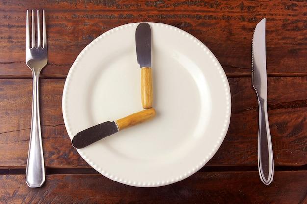 O jejum é um método de perda de peso cujo objetivo é fazer com que o corpo use depósitos de gordura e promova a perda de gordura.