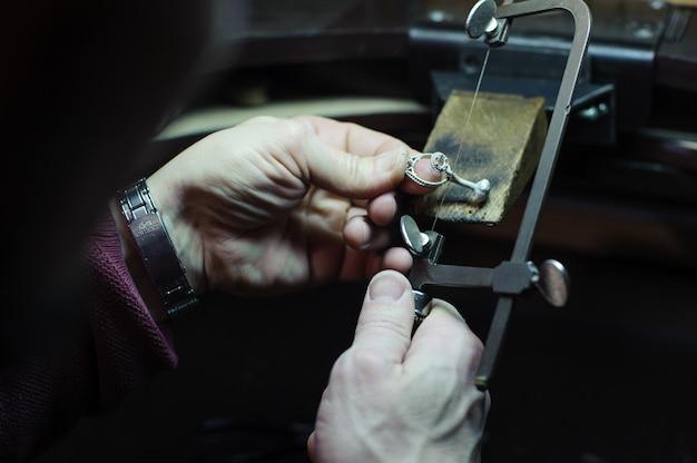 O joalheiro mestre faz o anel. fundição, polimento e resultado final.