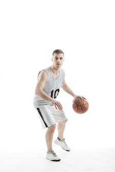 O jogador de basquetebol com uma bola