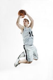 O jogador de basquetebol salta acrobaticamente