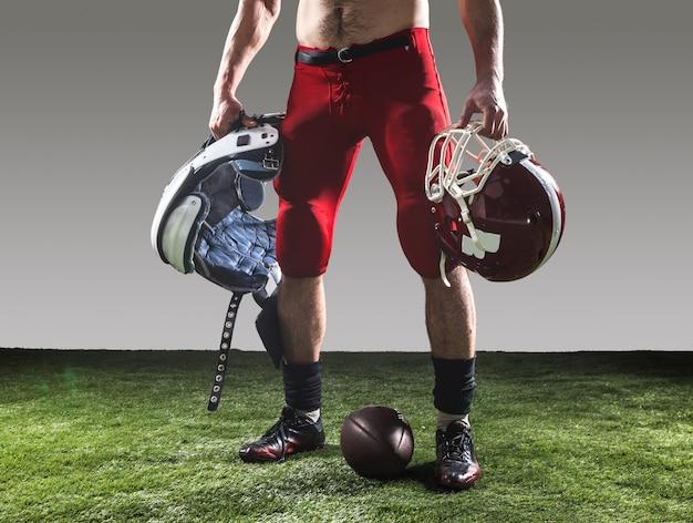 O jogador de futebol americano com bola