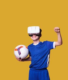 O jogador de futebol infantil com óculos de realidade virtual desfruta de emoção e emoção