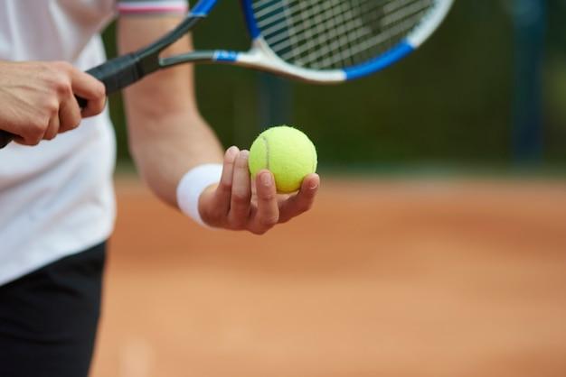 O jogador de tênis está tentando acertar o placar