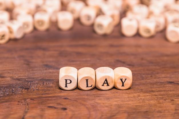 O jogo de palavras em cubos de madeira