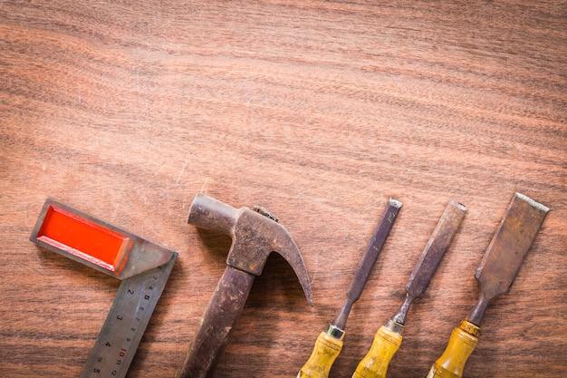 O jogo velho & do grunge de mão utiliza ferramentas muitos para a carpintaria no fundo de madeira do espaço da cópia do assoalho.