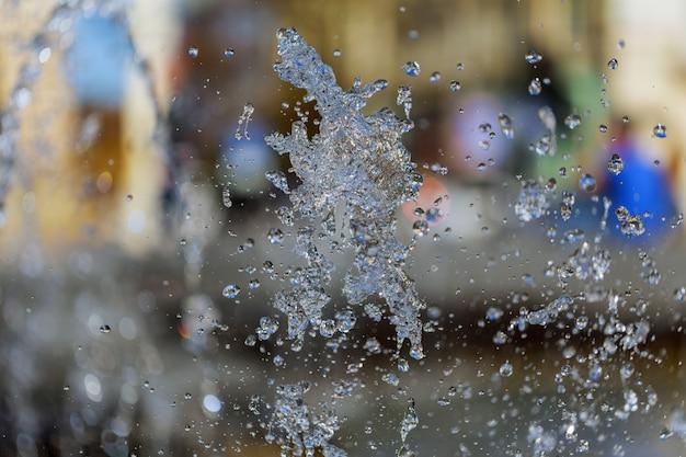 O jorro de água de uma fonte. esguicho de água na fonte