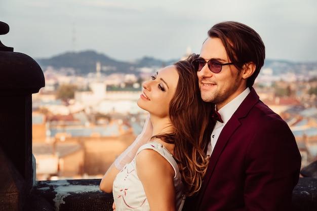 O jovem casal está admirando a vista que se abre da varanda