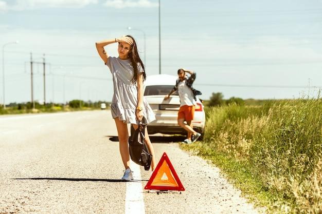 O jovem casal quebrou o carro durante uma viagem para descansar.