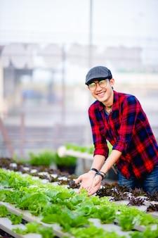 O jovem e sua horta e seu sorriso feliz