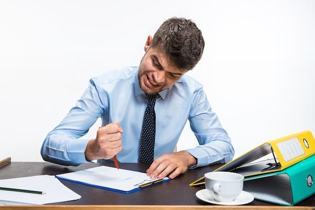 O jovem está absolutamente zangado com o escritório