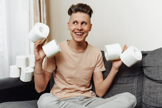 O jovem estocou papel higiênico em casa durante a pandemia devido ao coronavírus
