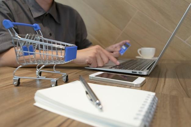 O jovem fez uma compra on-line usando um cartão de crédito como pagamento.
