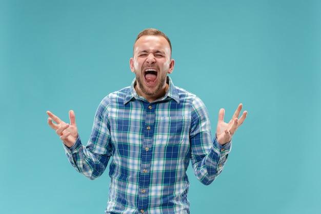 O jovem homem irritado emocional gritando