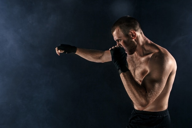 O jovem kickboxing no copyspace preto